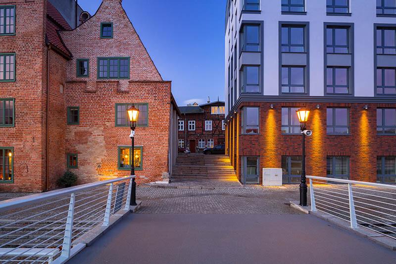 Latarnie oświetlające budynki i schody