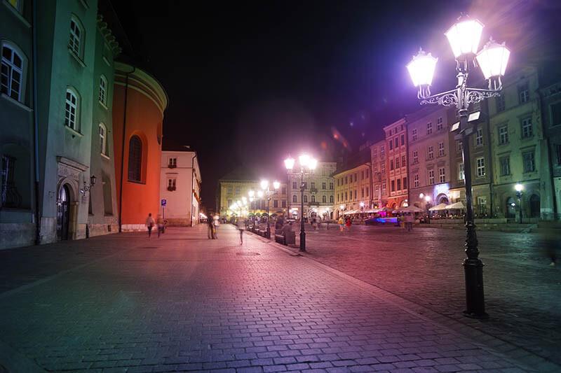 Latarnia z trzema oprawami - oświetlenie miasta nocą