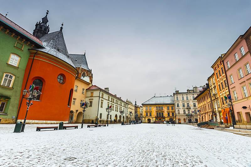 Latarnie oświetlające miasto - zima