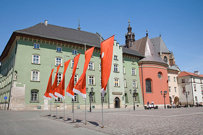Latarnie stylowe z trzema oprawami na tle flag