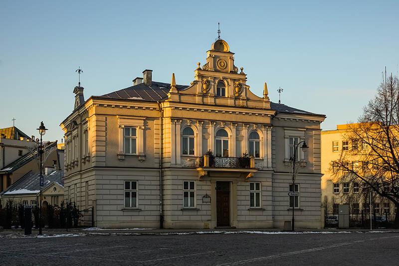 Latarnie oświetlające stylowy budynek