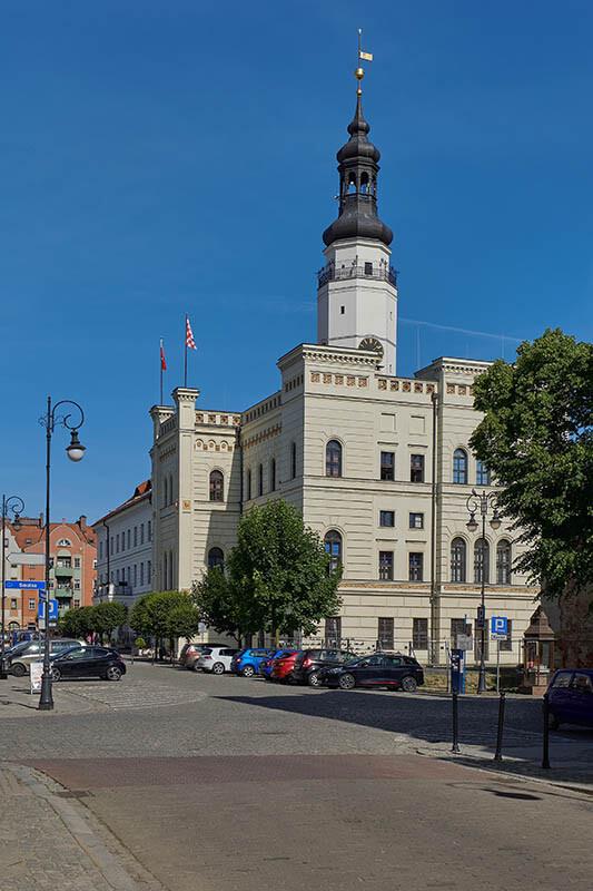 Wysokie latarnie i kościół